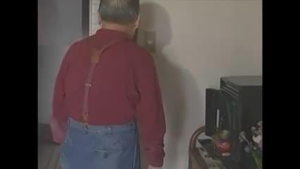 【美乳奥様のセクシャルムービー】隣に住んでいるお年寄りの男性を艶仕掛けで誘惑