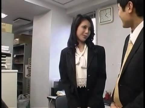 会社の休憩室で上司と不倫セックスでハメまくり中出しを懇願するスレンダー美熟女…