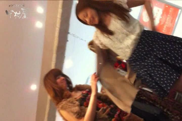 仲良く買い物をしている美10代小娘達を狙い、ミニスカの中身を逆さ撮りパンツ丸見え秘密撮影☆